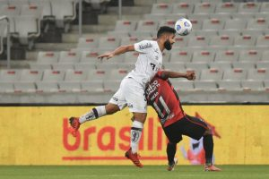 Em crise, Santos e Athletico buscam vaga na semifinal da Copa do Brasil