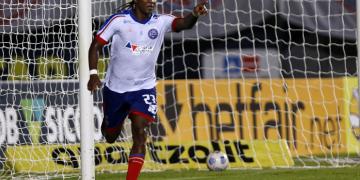Com quatro gols de colombiano, Bahia supera protesto e vence o Fortaleza