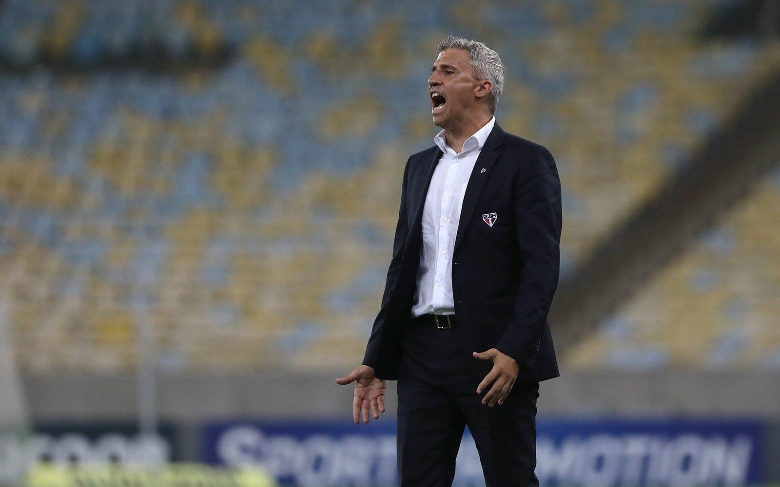 """""""Não foi o momento ideal"""", diz Crespo sobre situação de Daniel Alves no São Paulo"""
