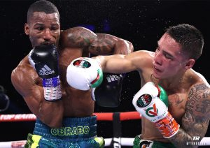 Oscar Valdez vence Robson Conceição em luta apertada e mantém cinturão dos superpenas da WBC