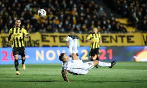Com dois golaços, o Furacão derrota o Peñarol em Montevidéu e se encaminha na semifinal da Sul-Americana
