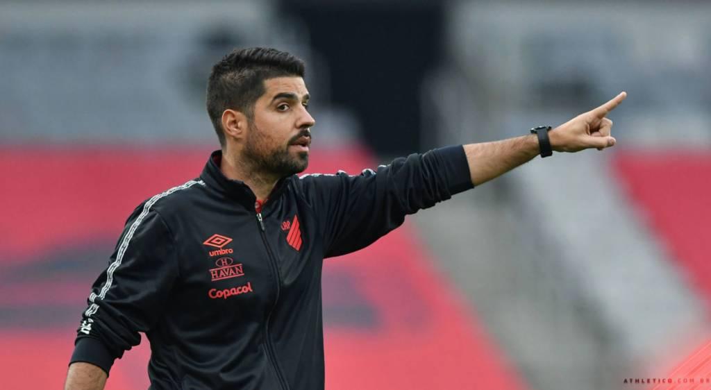 Após eliminação na semifinal do estadual, o técnico português António Oliveira não seguirá no comando do Athletico Paranaense. (Foto: Divulgação/José Tramontin)