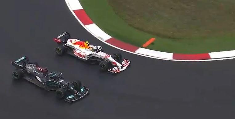 Hoje não! Hamilton tenta ultrapassar Perez, mas piloto mexicano evita a ultrapassagem