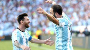 Com apenas 11 gols em 35 jogos em novo clube, ex-companheiro de Messi considera a aposentadoria